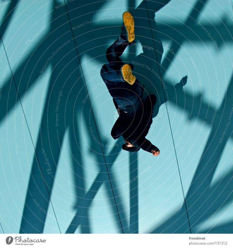 kopfüber Mann blau Freude Farbe Arbeit & Erwerbstätigkeit Wand springen Stil Glück Luft Linie lustig Zufriedenheit Geburtstag fliegen frei