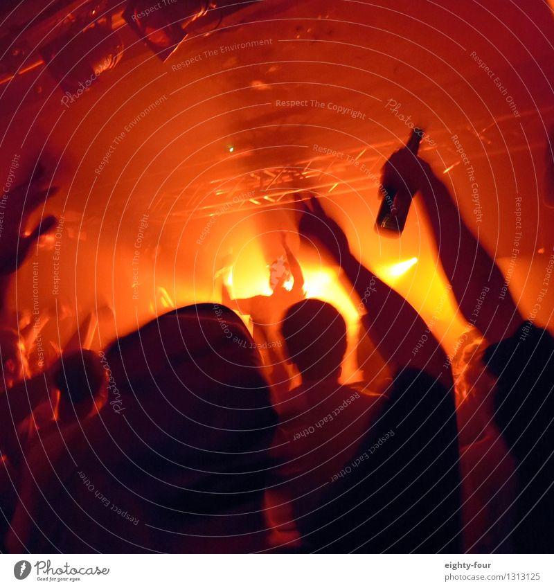 Alle Hände hoch Mensch Jugendliche Freude 18-30 Jahre Erwachsene Party Zufriedenheit Musik Tanzen Jugendkultur Veranstaltung Menschenmenge Nachtleben
