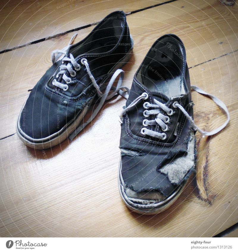 Was vom Tragen übrigblieb Lifestyle ausgehen Fuß Schuhe Turnschuh Fußspur kämpfen laufen alt Armut Billig hässlich trendy nerdig Stress einzigartig Reichtum
