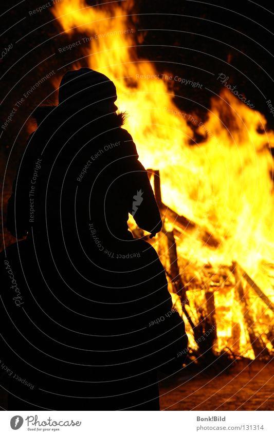 Eingeheizt! Mann Freude dunkel Wärme hell Angst Brand Ostern Physik heiß brennen Flamme verloren Panik anzünden verwüstet