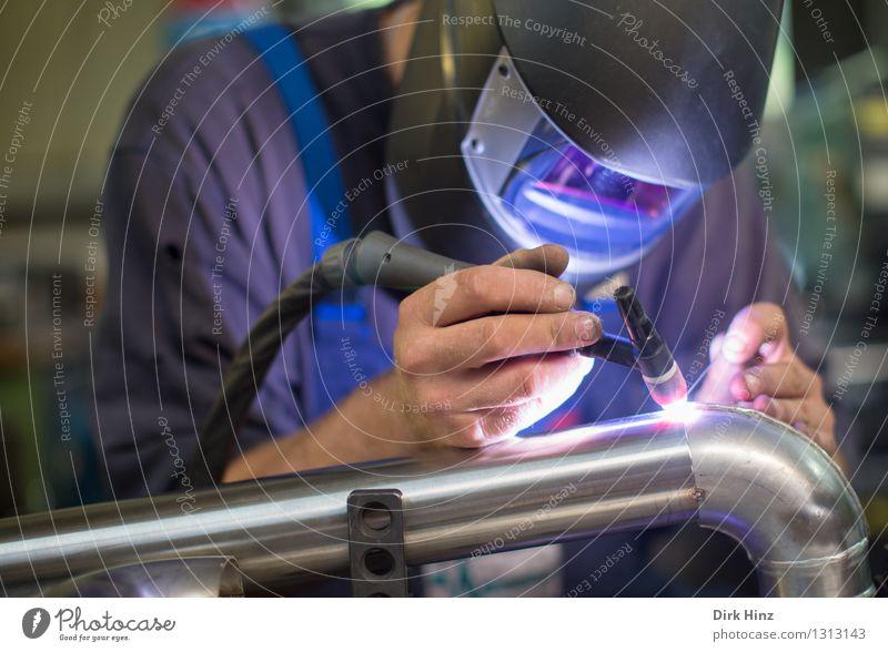 schweißtreibend Mensch Jugendliche Mann blau 18-30 Jahre Erwachsene hell Metall Arbeit & Erwerbstätigkeit maskulin Aktion Technik & Technologie Industrie Beruf Fabrik heiß