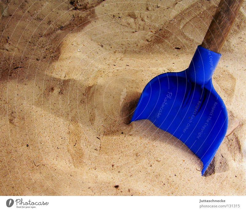 Totenkopfsuche ;-) Schaufel Graben Ausgrabungen Spielen Sandkasten Kinderspiel Spaten Spielplatz Freude Freizeit & Hobby Sand spielen blau Flasche lustig Garten