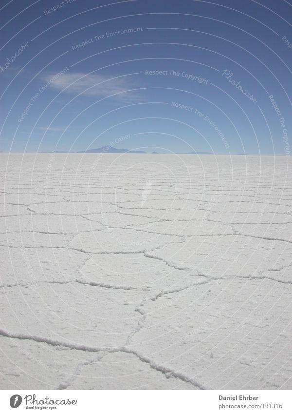 Salar de Uyuni (Salzsee von Uyuni) Himmel weiß blau Wolken Einsamkeit Ferne Leben Tod Berge u. Gebirge Freiheit Raum Horizont leer Wüste heiß trocken