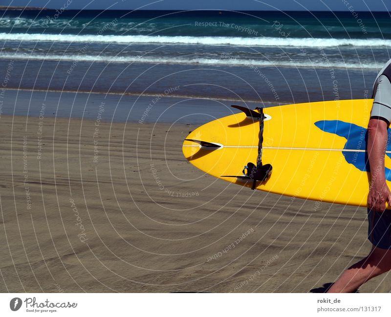 Vorbei gesurft Wasser Meer Sommer Freude Strand Sand Wellen Insel Bikini Seite Surfen Holzbrett Surfer tragen Wassersport online