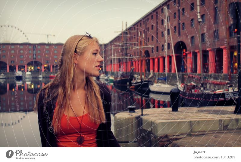 Liverpool Mensch Jugendliche Stadt Wasser Junge Frau Einsamkeit ruhig 18-30 Jahre Erwachsene feminin elegant modern blond einfach Neugier Hoffnung