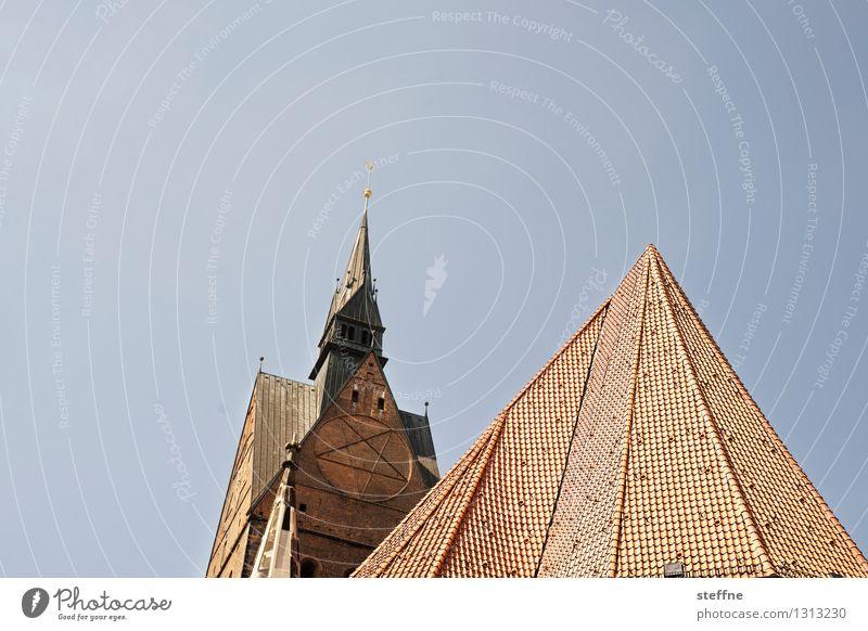 Kirche: Hannover Wolkenloser Himmel Schönes Wetter Turm Dach Religion & Glaube Farbfoto Außenaufnahme Menschenleer Textfreiraum links Textfreiraum oben