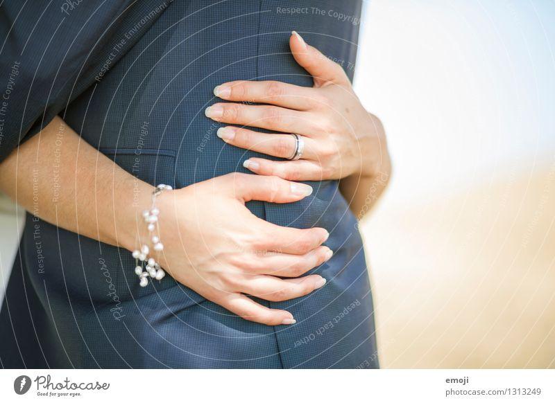 fest.halten Mensch Hand Erwachsene Liebe Paar Zusammensein Finger festhalten Ring Schmuck Partner Umarmen Accessoire