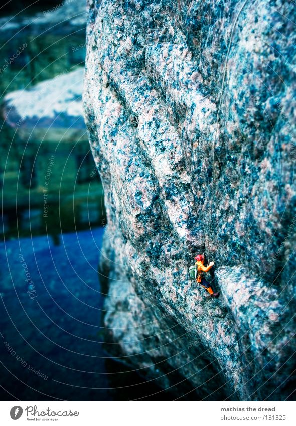 STEILWAND Fuge hart dunkel groß Mann gefährlich extrem Sport Geborgenheit vertikal Meer See feucht nass Vogelperspektive Steilwand Reflexion & Spiegelung Haus