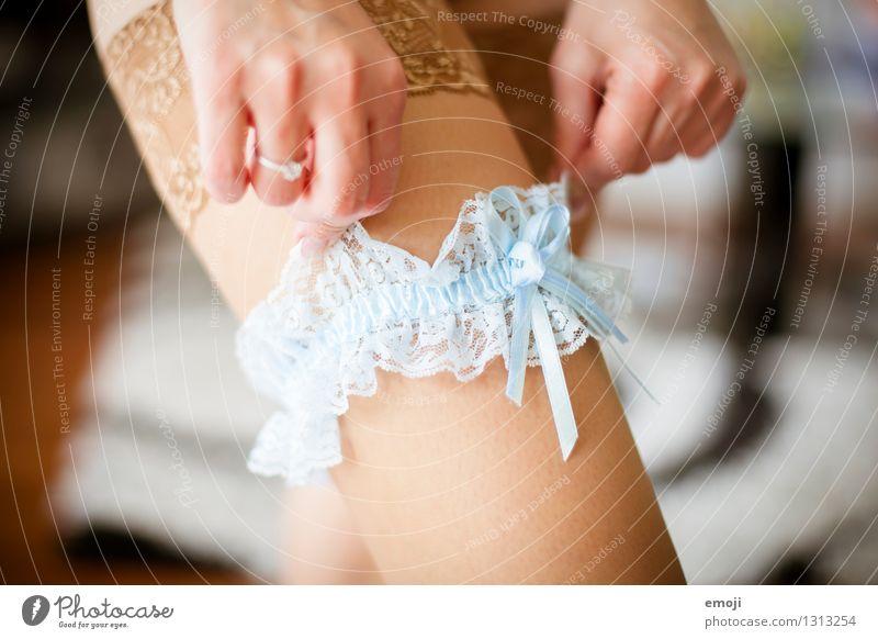 Strumpfband feminin Frau Erwachsene Haut Hand Beine 1 Mensch 18-30 Jahre Jugendliche Strümpfe Strumpfhose Accessoire blau Tradition Braut Hochzeit Ritual