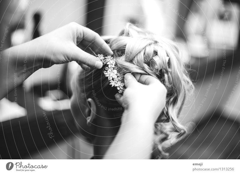 Vorbereitungen feminin Junge Frau Jugendliche 1 Mensch 18-30 Jahre Erwachsene Accessoire Schmuck Haare & Frisuren schön Hochsteckfrisur Braut verschönern