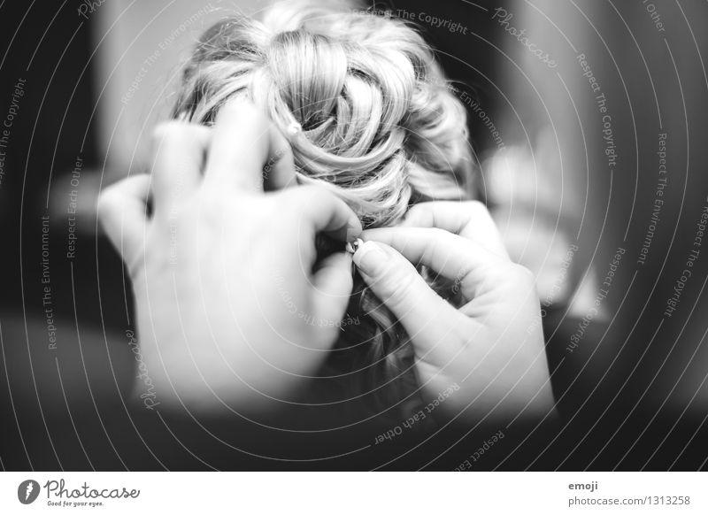 Hochzeit Haare & Frisuren blond Locken Hochsteckfrisur hochstecken Friseur schön Schwarzweißfoto Innenaufnahme Nahaufnahme Detailaufnahme Tag
