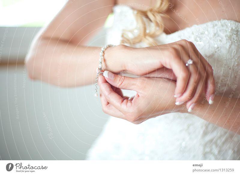 getting ready feminin Hand 1 Mensch Accessoire Schmuck Armband hell schön weiß Braut Hochzeit Farbfoto Innenaufnahme Detailaufnahme Tag Schwache Tiefenschärfe