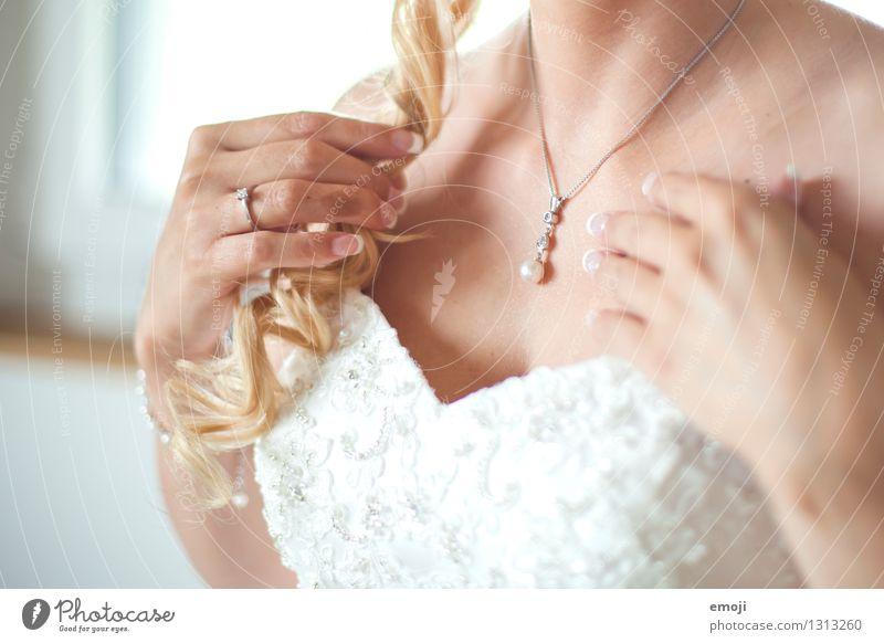 Schmuck Kleid Accessoire Halskette Brautkleid blond Locken schön weiß Kostbarkeit teuer Farbfoto Innenaufnahme Nahaufnahme Detailaufnahme Tag