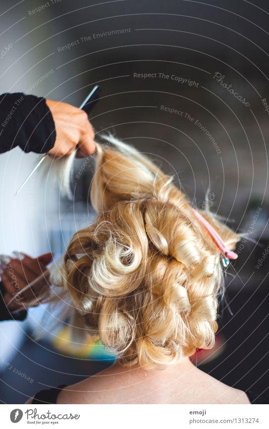 frisieren feminin Haare & Frisuren 1 Mensch blond Locken schön verschönern Farbfoto Innenaufnahme Tag Schwache Tiefenschärfe Rückansicht