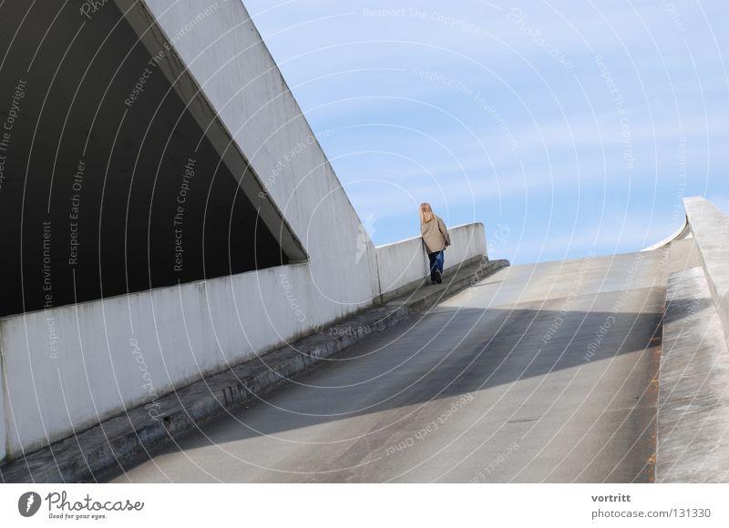 aussicht grau Autobahnauffahrt Rampe Kind Mädchen trist reduzieren klein dunkel Licht graphisch unten fein flach Brücke Straße Stadt Schatten Mensch Blick