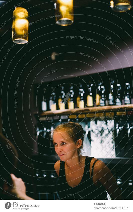 Arbeiten an der Bar Jugendliche Junge Frau Wärme Leben Gefühle feminin Stil Lifestyle Lampe Stimmung wild Freizeit & Hobby elegant Erfolg Fröhlichkeit Getränk