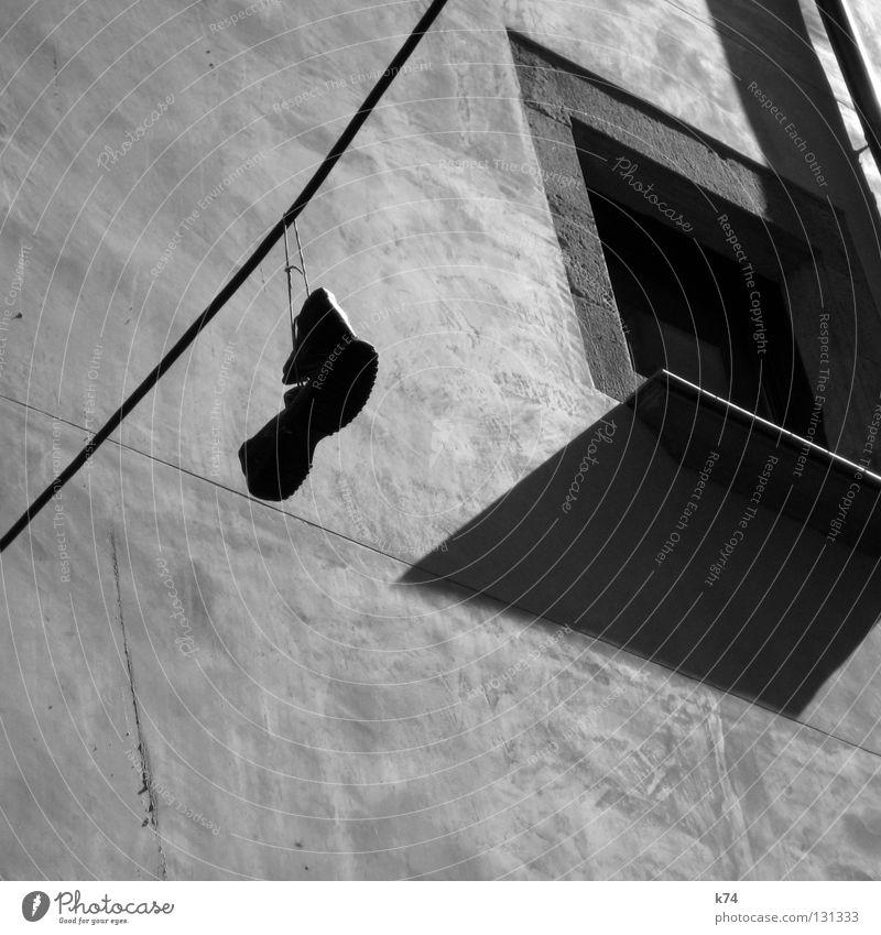 Quarantäne Stadt Haus Straße Arbeit & Erwerbstätigkeit Wand Fenster Schuhe Architektur wandern Seil obskur Stiefel Geruch hängen Leitung Fensterbrett