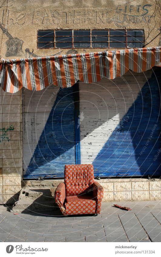 Die Gemütliche Teil 2 weiß blau Stadt rot Sommer ruhig Straße Müll Sofa Streifen Fliesen u. Kacheln Stoff Ladengeschäft Sammlung kariert Markise