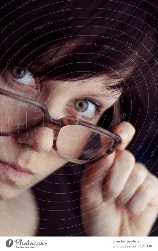augenblick mal... Frau alt Hand Erwachsene Auge Junge Frau 18-30 Jahre Brille retro schreiben brünett Freak Linse nerdig Gesicht streng