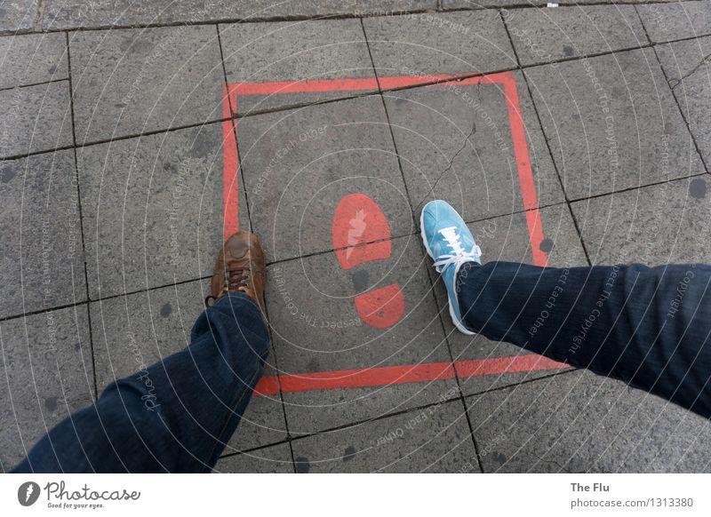 Wer in den Fußstapfen eines anderen wandelt,... Mensch Beine Straße Bürgersteig Hose Jeanshose Schuhe Turnschuh Zeichen entdecken gehen laufen blau braun grau