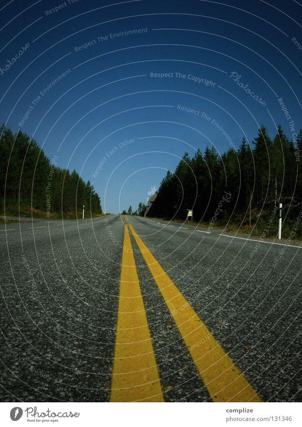 300 miles to Helsinki Asphalt gelb Teer Straßenverkehr Einsamkeit zielstrebig zielen fahren Pause Finnland Skandinavien geradeaus Menschenleer Wald Baum Kanada