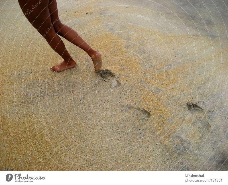 Follow Her Strand Fuß Sand Beine braun Küste Spuren Reihe Fußspur
