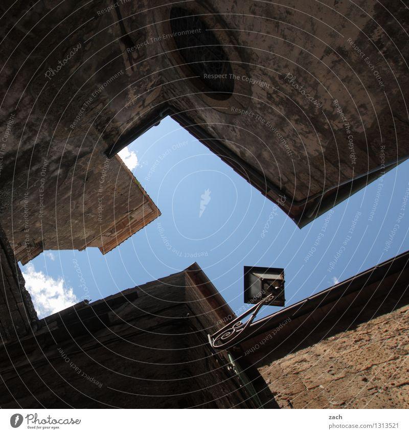 in der Schlucht Italien Toskana Dorf Kleinstadt Stadtzentrum Altstadt Menschenleer Haus Platz Fassade Laterne Straßenbeleuchtung Lampe Himmel eckig