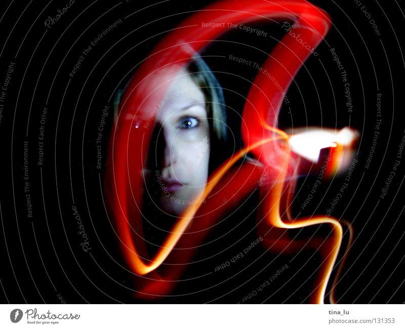 komm ins licht... rot grün Kleid Streifen dunkel Lichtspiel Experiment Langzeitbelichtung Frau Geisterstunde schwarz mystisch Strahlung Himmelskörper & Weltall