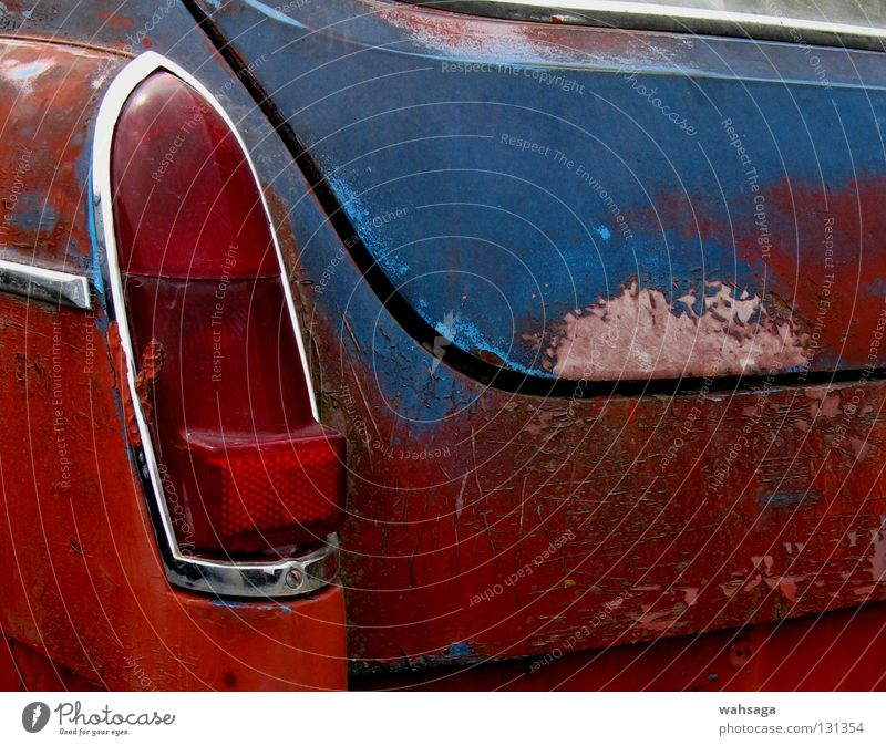 uncertain future rot Verfall Oldtimer Zukunftsangst unsicher Außenaufnahme Industrie obskur Verkehr PKW alt Rost Rücklicht blau Detailaufnahme Nahaufnahme