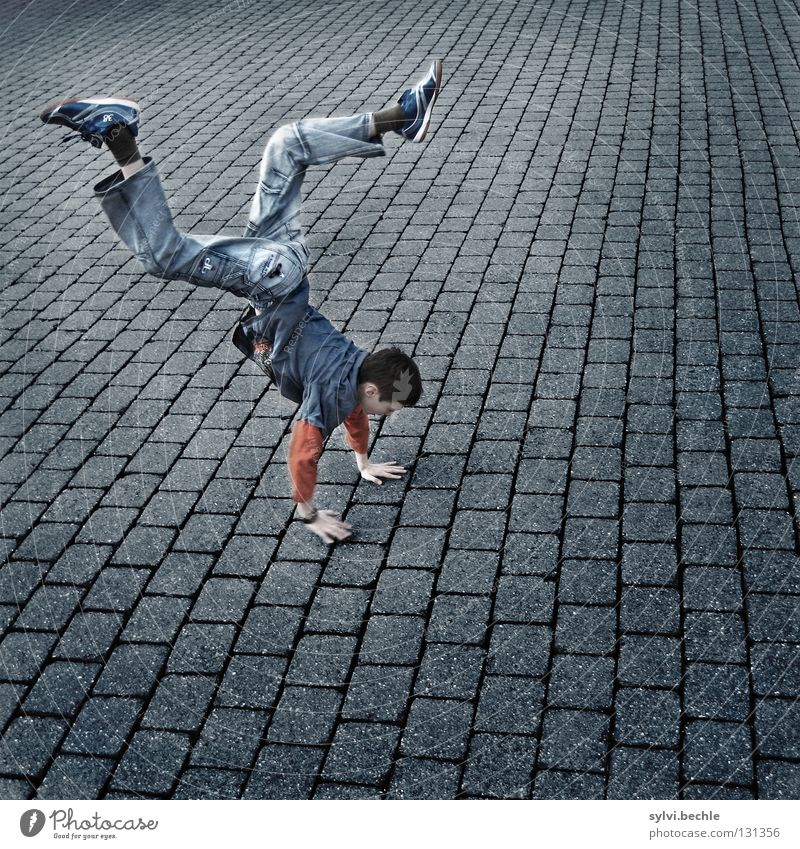 walking on hands Kind Hand Freude Leben Spielen Junge Bewegung Glück Beine Fuß Kraft Tanzen gehen laufen Coolness Jeanshose