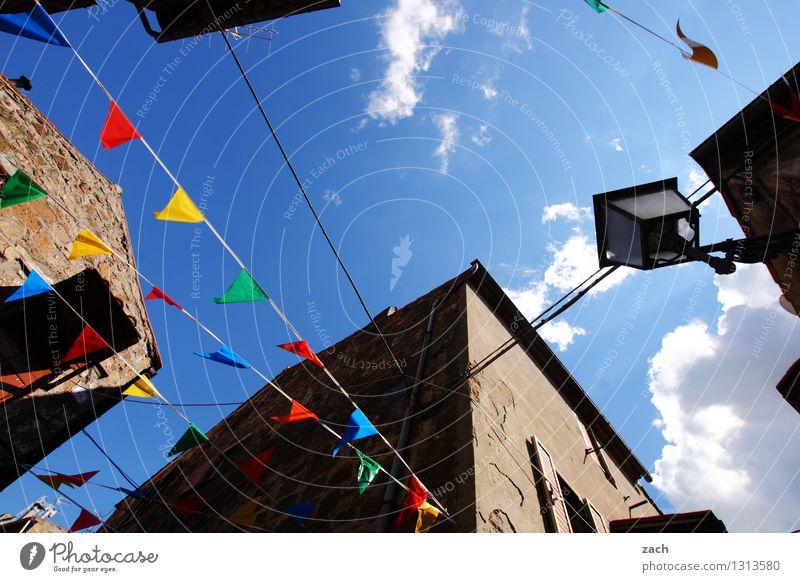 toskanische Verhältnisse blau Haus Feste & Feiern Party Fassade Häusliches Leben Fröhlichkeit Platz Italien Dorf Veranstaltung Stadtzentrum Jahrmarkt Altstadt