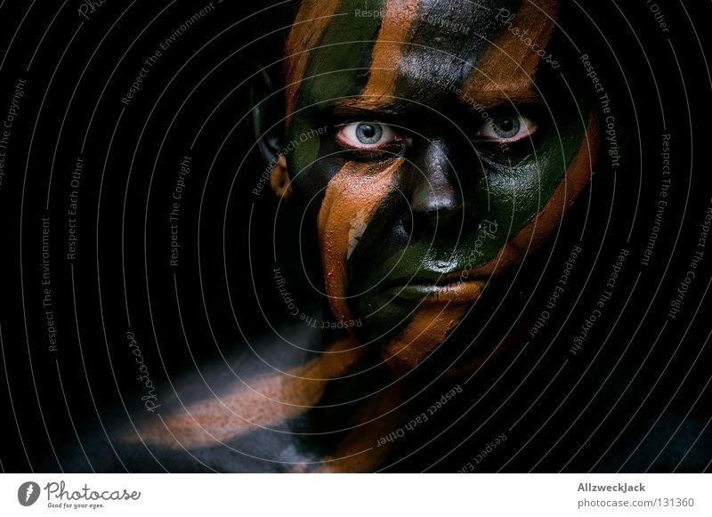 Camouflage Girl (7) Tarnung Tarnfarbe braun schwarz grün Armee dunkel Bad Frau Porträt Kraft Stil fremd Fremder angriffslustig gefährlich Maske unsichtbar