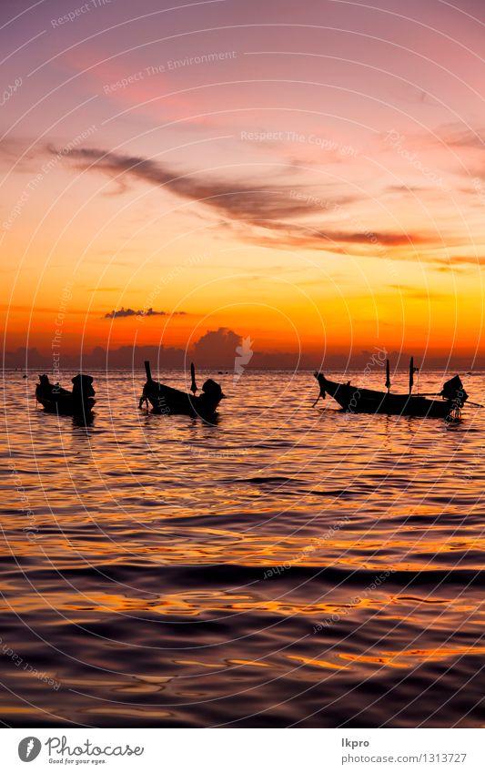 Sonnenaufgangboot und -meer in Thailand kho Himmel Natur Farbe Erholung rot Wolken Strand Berge u. Gebirge Küste Freiheit Sand Felsen Wasserfahrzeug Tourismus