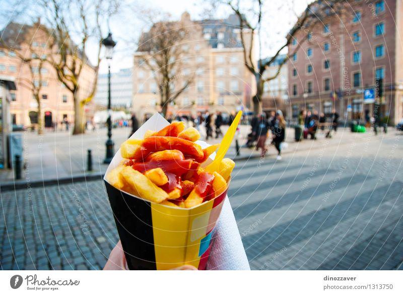 Belgische Pommes Mittagessen Fastfood Tourismus Restaurant Hand Baum Stadt Straße stehen gelb gold Tradition Fries Fritten Chips Brüssel Belgien Snack Menschen