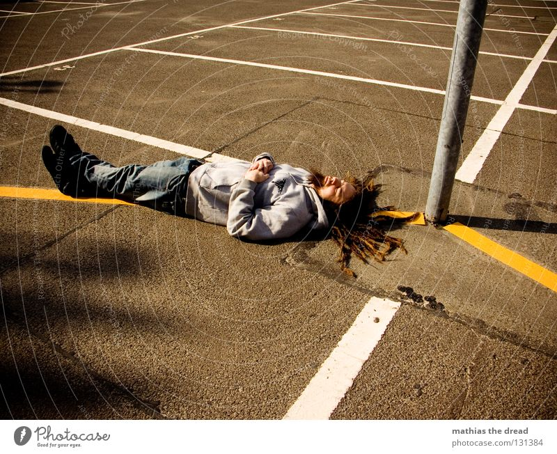 400 - DA BIN ICH PLATT parken Parkplatz Rechteck weiß gelb Sonnenlicht Asphalt kalt Physik hart Laterne Erholung schlafen Mann Rastalocken Einsamkeit genießen