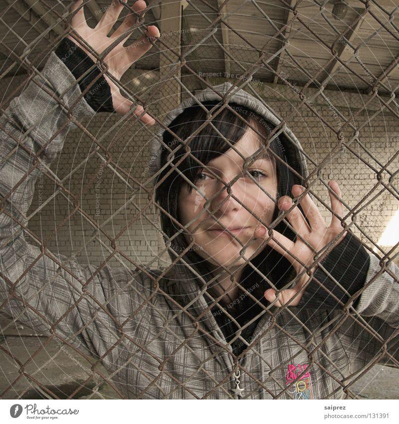 Gefangen Frau Porträt Zaun Hand Maschendrahtzaun gefangen eingeschlossen driften entkommen Gesicht Kapuze Schatten