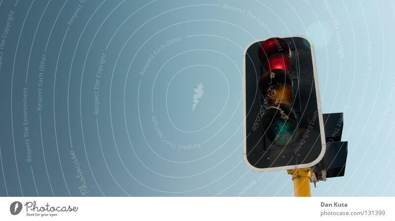 Bleifuß Himmel blau rot gelb Straße Wärme Lampe Verkehr fahren Schönes Wetter Physik Statue Strommast Geruch Abgas Kiste