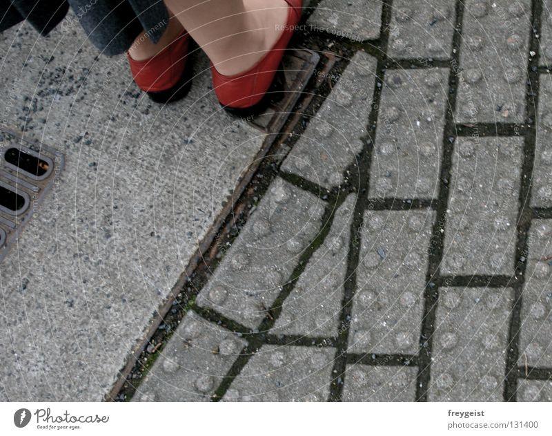 Grey Frau Mensch rot grau Stein Fuß Schuhe Beine warten laufen Bürgersteig Kopfsteinpflaster Ampel