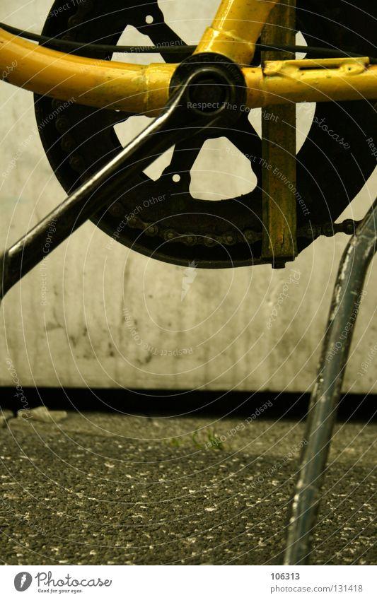 STÄNDER Ständer Fahrrad Fahrradständer stehen Gleichgültigkeit Momentaufnahme Leben gelb Beton Asphalt schwarz Makroaufnahme Nahaufnahme wirklich Kette Zahnrad