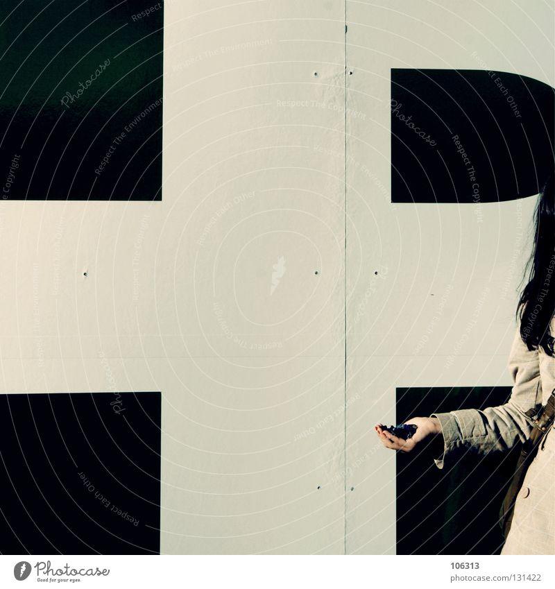belanglos zwei Wand Frau Gleichgültigkeit Hand Wunsch müssen die Erlaubnis haben Almosen Gift Handfläche festhalten edel Aufenthalt Grenze innehalten Kreuz