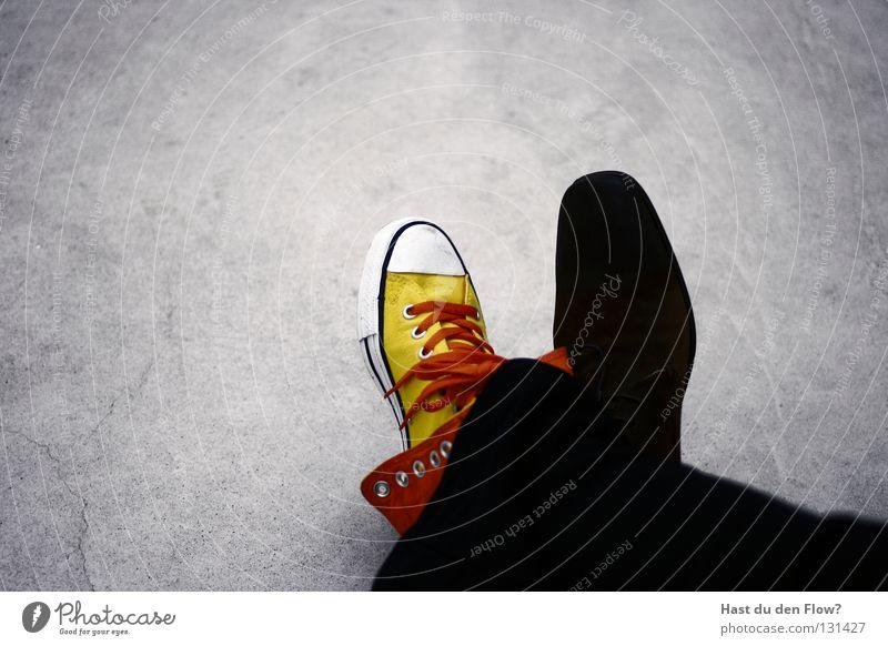 siamesische zwillinge Frau Himmel blau Farbe gelb Leben Tod Wand Freiheit Gefühle grau Stil träumen Zufriedenheit Schuhe sitzen