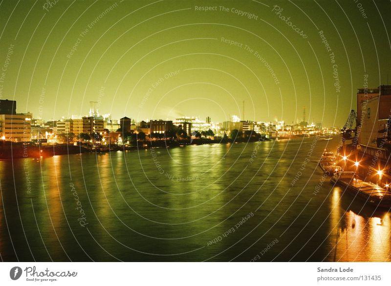 Das grüne Licht Wasser kalt Beleuchtung Industrie Fluss Hafen Schifffahrt Nacht Frachter