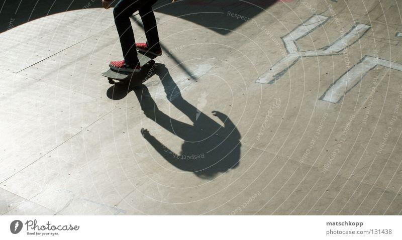 Schattenspielchen Freude Sport Erholung springen Holz Schuhe Beine Stimmung lustig Fröhlichkeit Coolness rund Körperhaltung Schriftzeichen Stoff Skateboarding