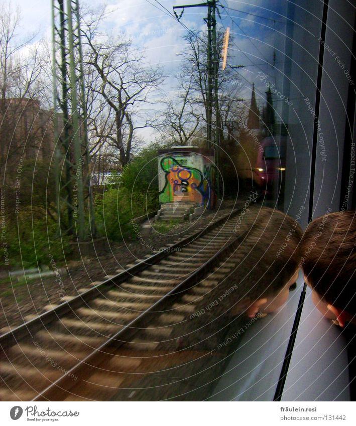 auf Gleisen zurück in den Alltag... Eisenbahn Bahnfahren grün Wolken schlechtes Wetter Haus Gebäude Kind Müdigkeit Neugier anlehnen braun Kies Köln Langeweile