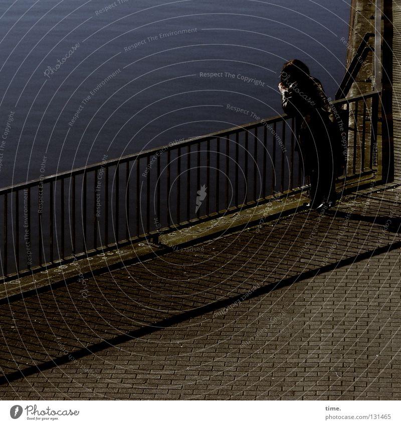Frauen im Raum (IV) Mensch Wasser Erholung Einsamkeit ruhig dunkel Erwachsene Gefühle feminin Wege & Pfade Denken stehen warten Pause Hafen