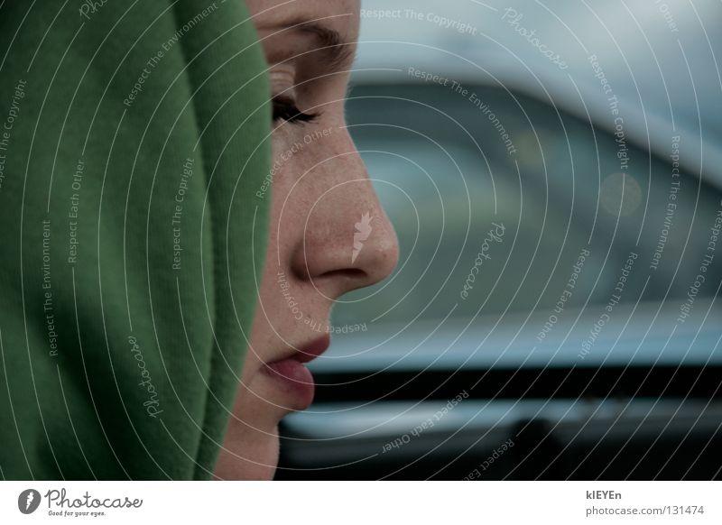 Profil Kapuze grün Wimpern ruhig Frau Gesicht Mund Nase Konzentration