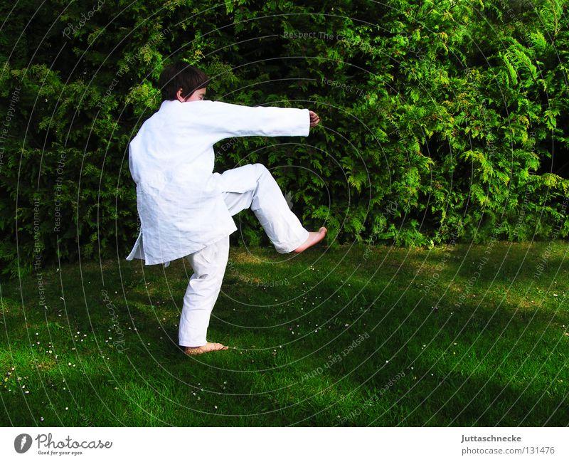 Karate Kid Judo Kampfsport weiß grün Kind Junge üben Kick springen Kampfanzug Fußtritt treten Japan Samurai Zufriedenheit schlagen Sportveranstaltung Konkurrenz