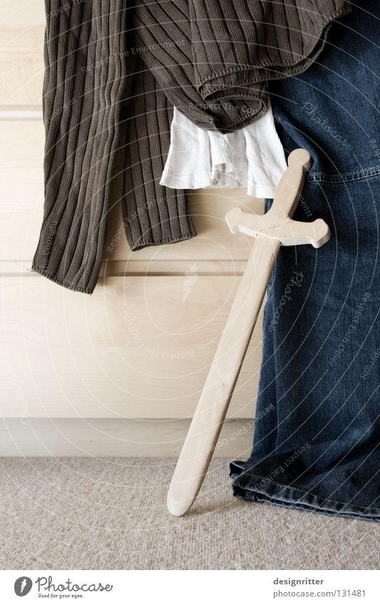 Abends bei der Ritterin Pullover Hemd Unterhemd Feinripp Hose entkleiden Bekleidung Dinge Bett schlafen Feierabend Wohnung Haus heimwärts Pause Ende Schwert