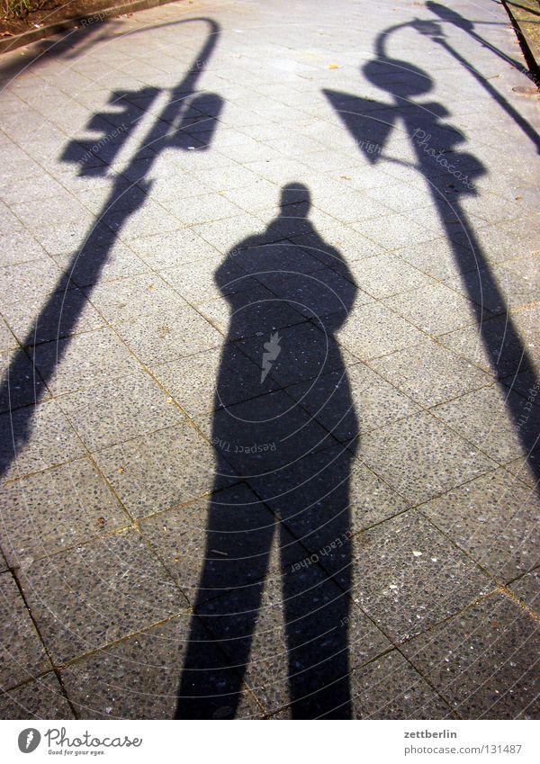 Ampel, Mensch, Ampel Sonne Straßenverkehr Kultur Laterne obskur Bürgersteig Verkehrswege Gesellschaft (Soziologie) Bach Straßenbeleuchtung