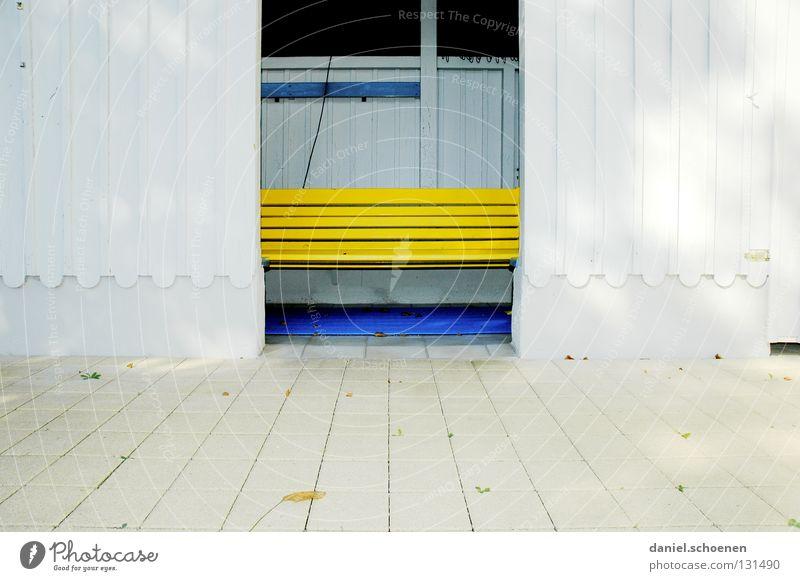 neulich im Freibad 1 Holz Fassade Holzfassade Hintergrundbild Sommer gelb weiß abstrakt leer ruhig historisch Detailaufnahme Farbe Strukturen & Formen Bank